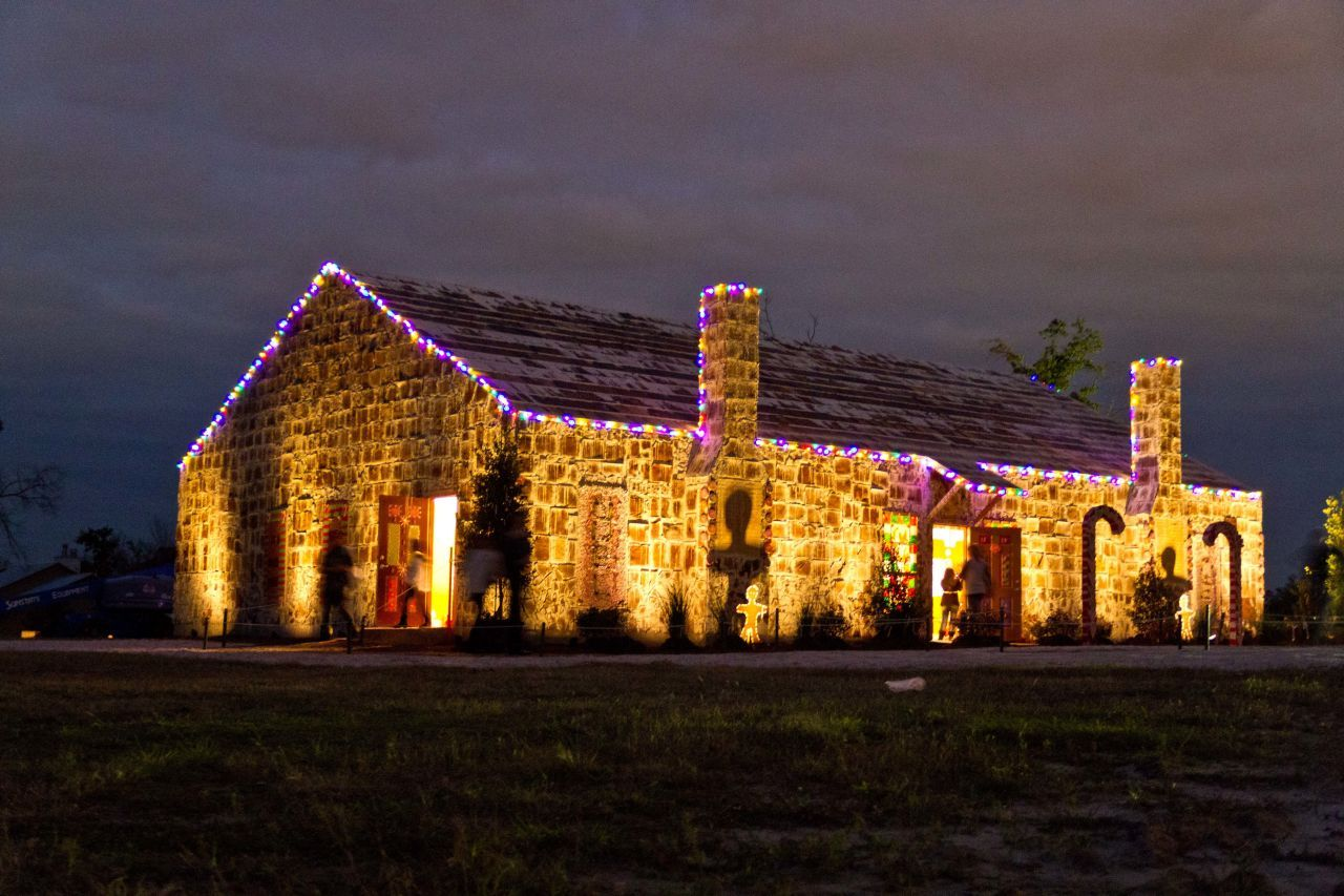 gallery-1433790134-144915-largest-gingerbread-house-3