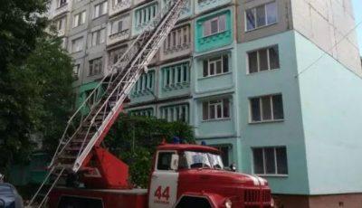 A căzut de la etajul șase în încercarea de a-și salva copiii