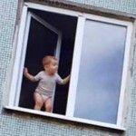 Foto: Îţi stă inima în loc! Un copil surprins pe fereastră, la etajul cinci