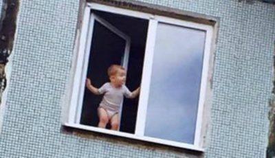 Îţi stă inima în loc! Un copil surprins pe fereastră, la etajul cinci