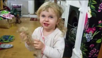Video. O fetiță de doi ani îi explică tatălui ei de ce s-a tuns