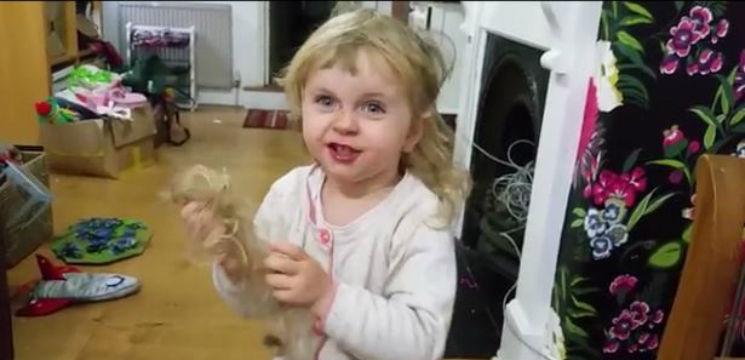 Foto: Video. O fetiță de doi ani îi explică tatălui ei de ce s-a tuns