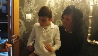 Emoţionant! Un copil cu dizabilităţi cântă uimitor