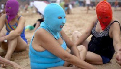O nouă modă: chinezoaicele nu ies pe plajă fără mască pe faţă
