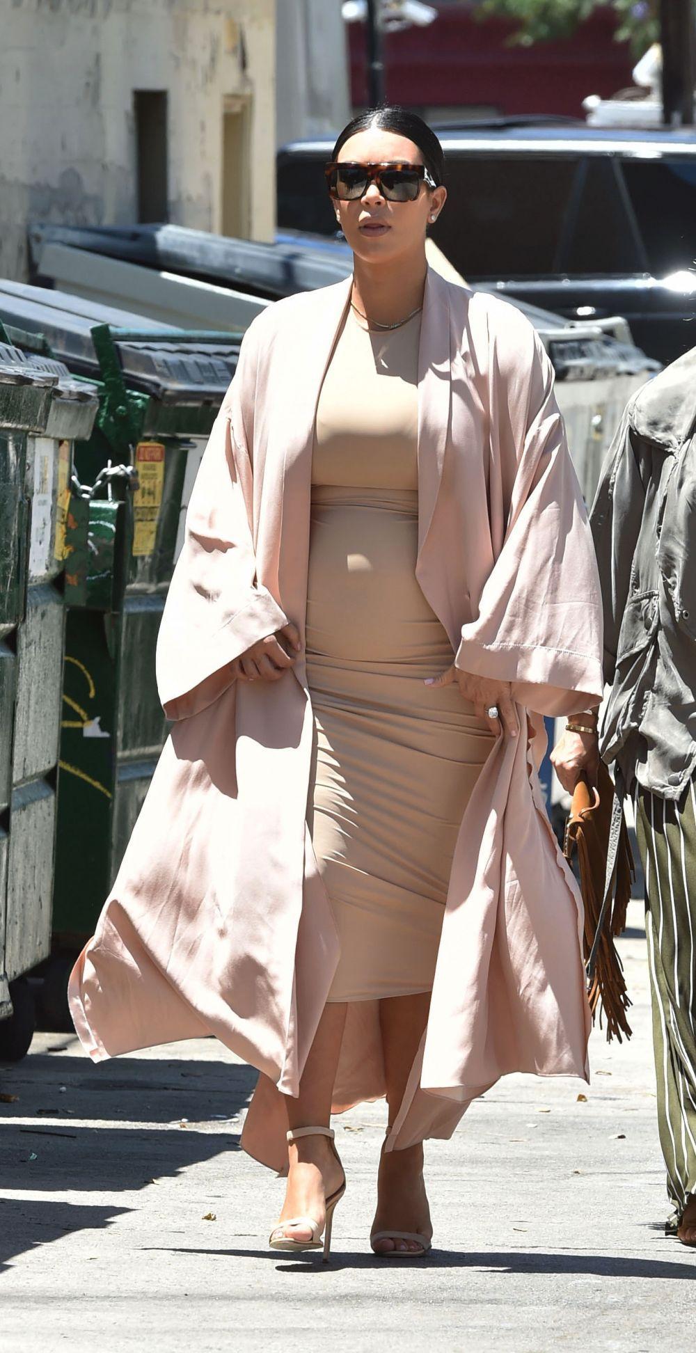 cea-mai-ispititoare-gravida-kim-kardashian-aparitie-chic-intr-o-rochie-mulata-care-i-a-scos-in-evidenta_2 (1)