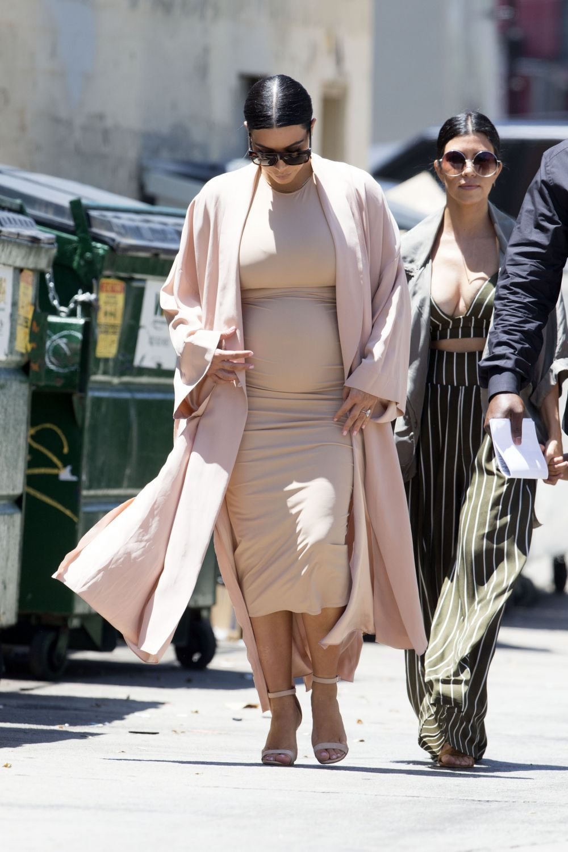 cea-mai-ispititoare-gravida-kim-kardashian-aparitie-chic-intr-o-rochie-mulata-care-i-a-scos-in-evidenta_4