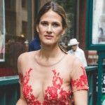Foto: A purtat pe stradă o rochie de vedetă. Cum au reacționat trecătorii!