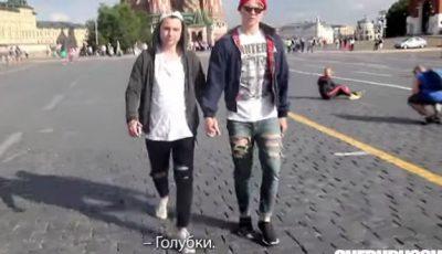 S-au luat de mână și au mers ca un cuplu GAY prin Moscova!