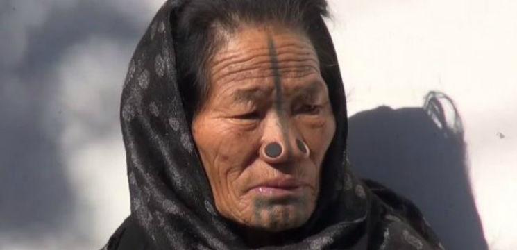 Foto: Femeile dintr-un trib indian își pun dopuri în nas. Iată de ce!