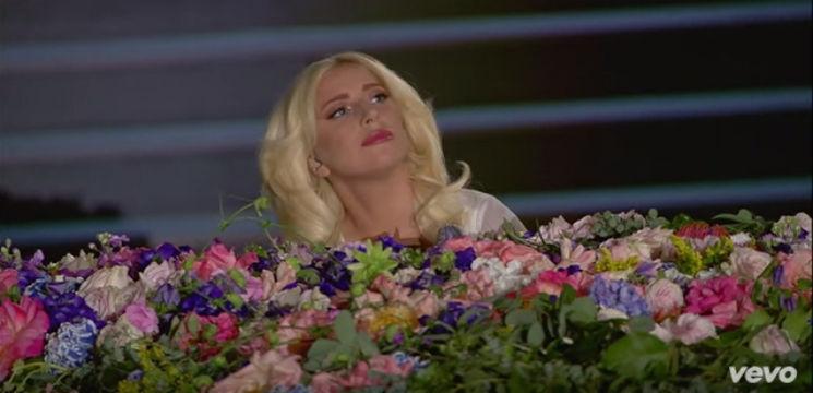 Foto: Un moldovean a decorat cu flori pianul interpretei Lady Gaga!