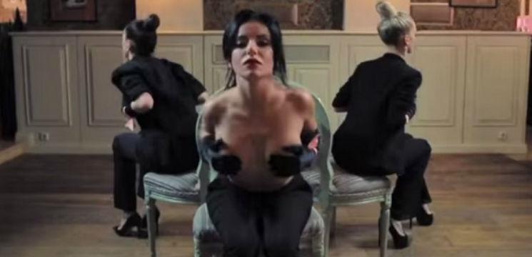 Foto: Iulia Volkova cu sânii goi, implicată într-un proiect video social