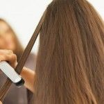 Foto: Cum să-ți îndrepți corect părul cu placa!