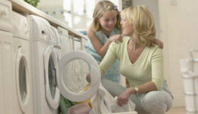 Știi la câte grade trebuie să speli lenjeria de pat? Sigur faci și tu greșeala asta!