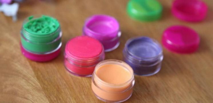 Foto: Nu ai să ghicești din ce sunt făcute rujurile colorate!