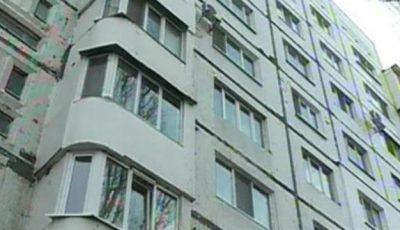 Nu lasaţi copiii fără supraveghere! Un băieţel de doi ani a căzut de la etajul doi al  unui bloc din Capitală