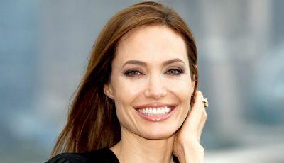 Angelina Jolie a pozat goală!