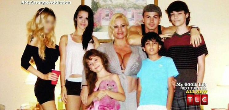 Foto: Este mamă a șase copii! Și are sânii cât doi dovleci!