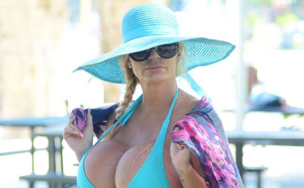 aparitie-in-bikini-a-femeii-cu-implanturi-cu-silicon-marimea-lll-cum-a-fost-surprinsa-lacey-wildd-de-paparazzi_2_1_size2