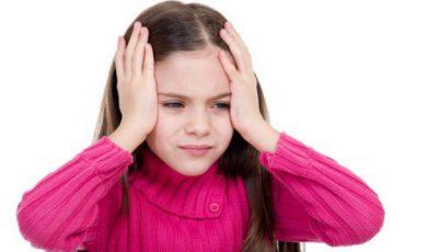 Tot mai mulţi copii ajung la neurolog cu dureri de cap. Cauzele pe care orice părinte trebuie să le ştie