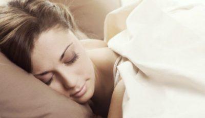 De ce e bine să dormi cu părul prins în coc?