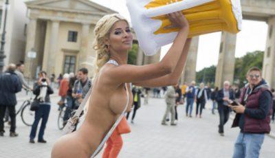 Turiștii au rămas șocați! Ea îi aștepta, goală-pușcă, în Berlin!