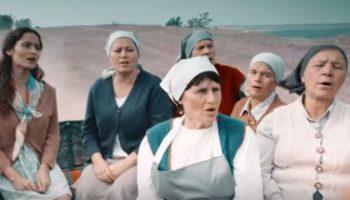 """Muncitorii cântă """"Show must go on"""". Un nou spot de promovare a fructelor din Moldova!"""