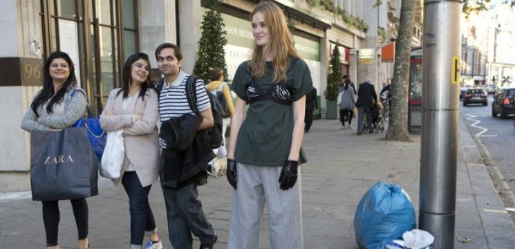 Foto: O jurnalistă s-a îmbrăcat pe stradă ca pe podium! Cum au reacționat trecătorii!