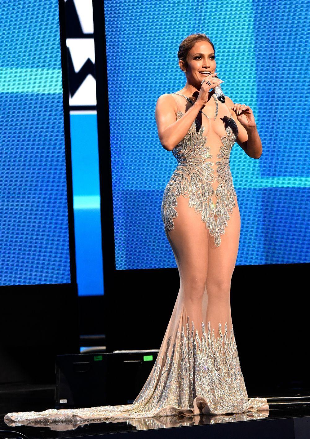totul-la-vedere-j-lo-scandalos-de-sexy-la-american-music-awards-iata-tinutele-care-au-fascinat-pe-toata_5