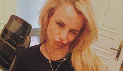 Britney Spears şi-a arătat abdomenul