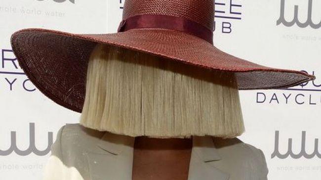 Cum arată Sia fără perucă!
