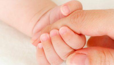 Un bebeluş se zbate între viaţă şi moarte după ce mama sa i-a făcut frecţie