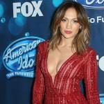 Foto: Ținută de milioane. Jennifer Lopez, sexy într-o salopetă roșie
