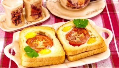 Sandwich cald cu roșii, șunca și ouă