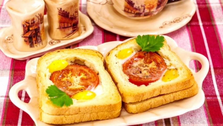 Foto: Sandwich cald cu roșii, șunca și ouă
