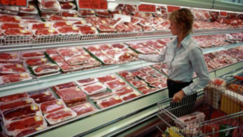 Foto: Carne expirată, spălată cu detergent şi oţet, se vinde în magazine! Un angajat a spus totul