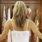 Foto: 5 piese vestimentare pe care trebuie să le arunci acum din garderobă!
