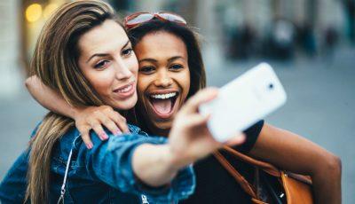 Selfie-urile sunt mai nocive decât crezi. Provoacă riduri!