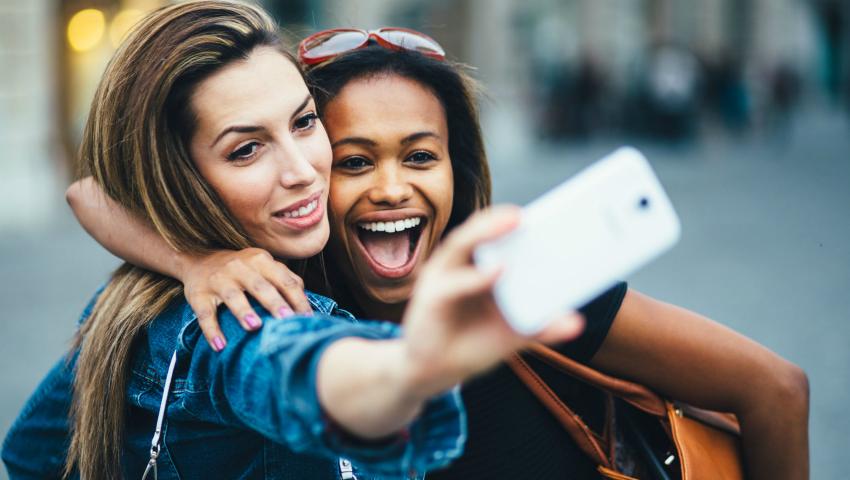 Foto: Selfie-urile sunt mai nocive decât crezi. Provoacă riduri!