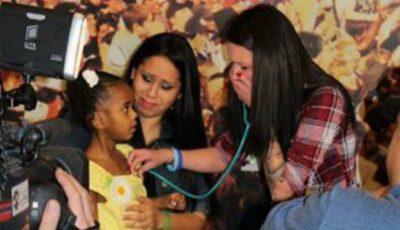 Această mamă ascultă cum bate inima fiului ei mort, în corpul unei fetiţe! Video emoţionant