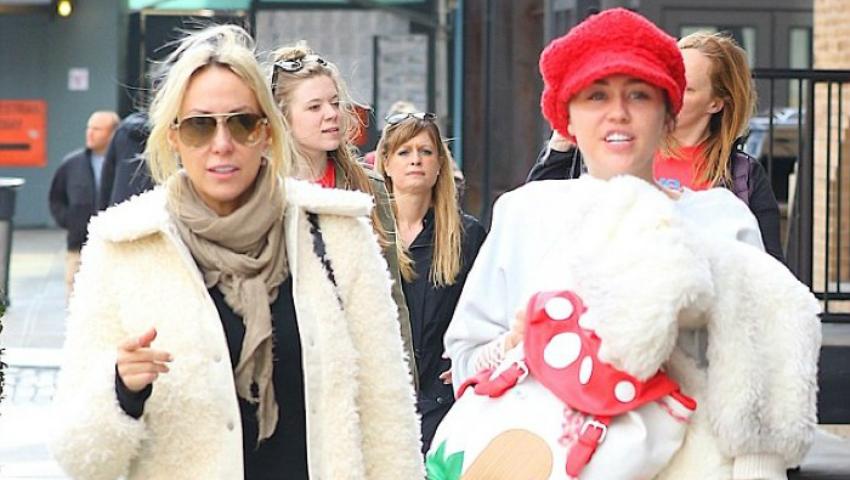 Foto: Miley Cyrus, cu sânii goi la cumpărături!