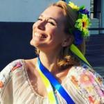 Foto: Andreea Esca a îmbrăcat haina unui designer moldovean!