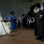 Foto: Cum se face nunta la evrei: Mireasa este trasă de o panglică sub privirile a mii de bărbaţi