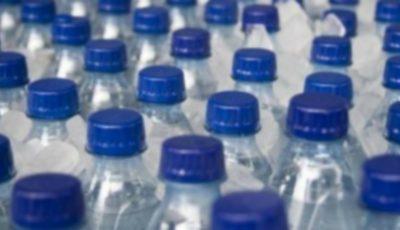 Un oraş din Canada va interzice vânzarea apei în sticle de plastic