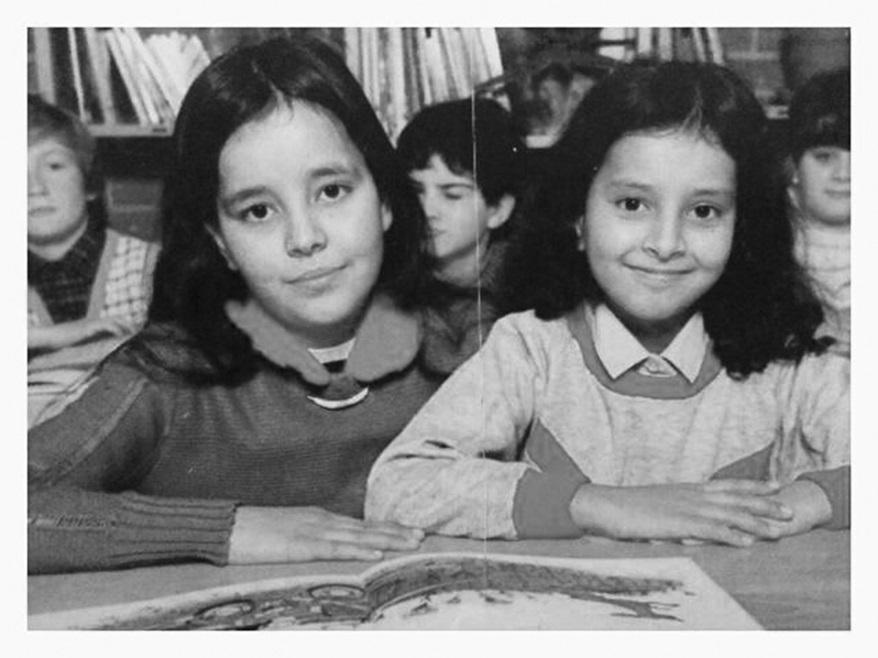 """""""La jolie fille à côté, cheveux longs et air rêveur, c'est ma soeur Fatiha. La photo date de 1984-85, soit... il y a 30 ans (gloups). A l'école primaire """"le Pigeonnier"""", à Amiens. Mes parents n'étaient ni très photographes ni très archivistes. Avec celle-là, je ne dois avoir en tout et pour tout que deux autres photos d'avant l'âge de 15 ans..."""""""