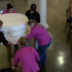 Foto: Mireasa a comandat un tort de 360 de kg pentru nuntă. Priviţi ce fac aceşti cofetari…
