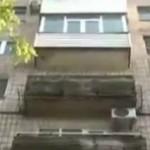 Foto: Un copil a căzut în gol în timp ce strângea hainele de la fereastră