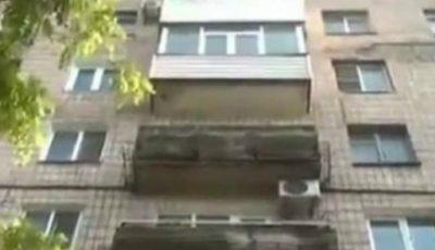 Un copil a căzut în gol în timp ce strângea hainele de la fereastră