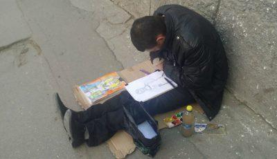 Un băiat din Chișinău desenează icoane cu gura pentru că nu are mâini. Îl poți ajuta și tu!