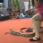 Foto: O interpretă a murit după ce a fost mușcată de un șarpe pe scenă!