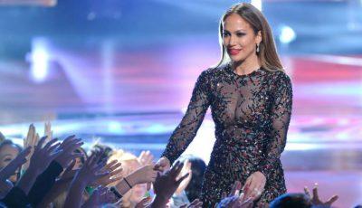 Jennifer Lopez, într-o rochie total transparentă!